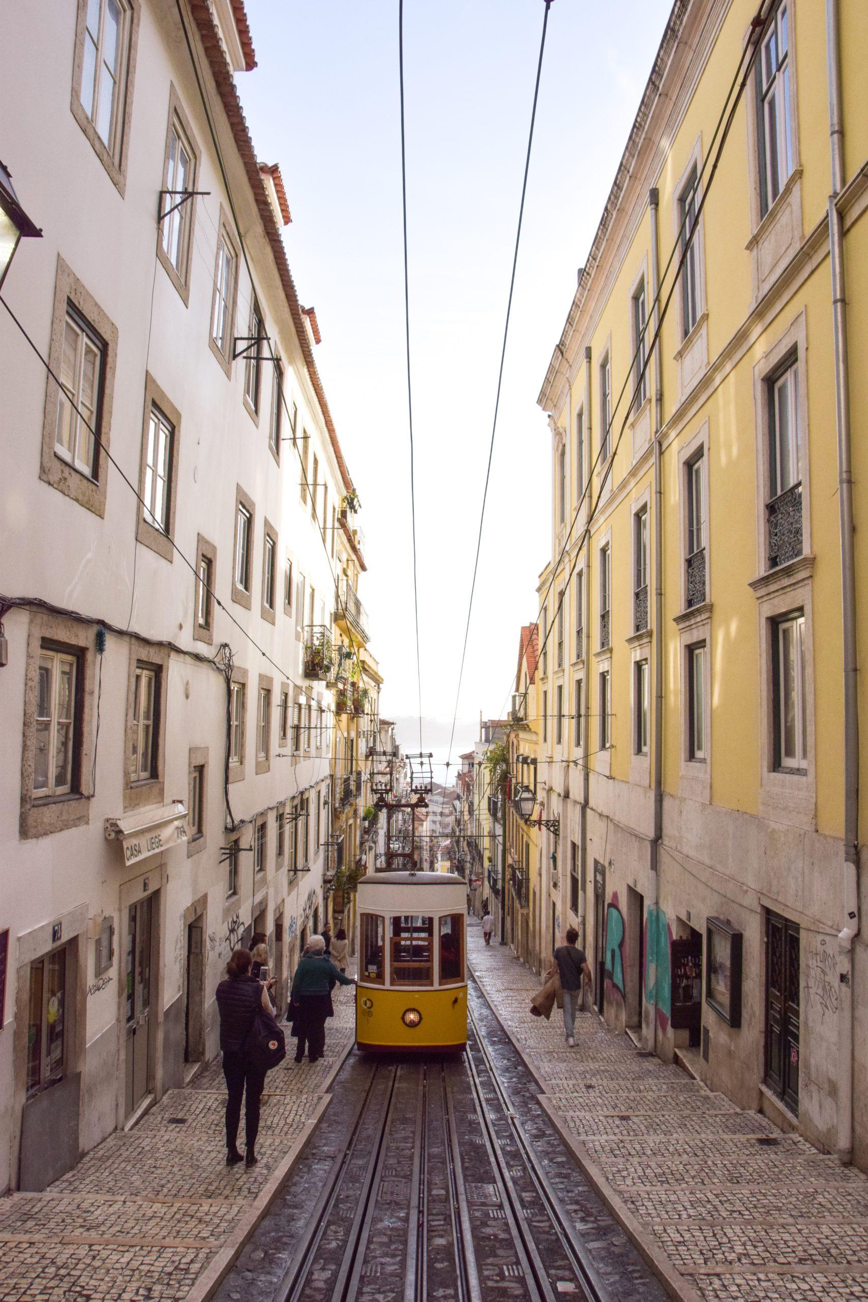 Top 10 obiective si experiente de neratat in Lisabona - plimba-te cu tramvaiul 28